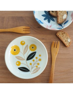 Porcelain plate with buttercup pattern